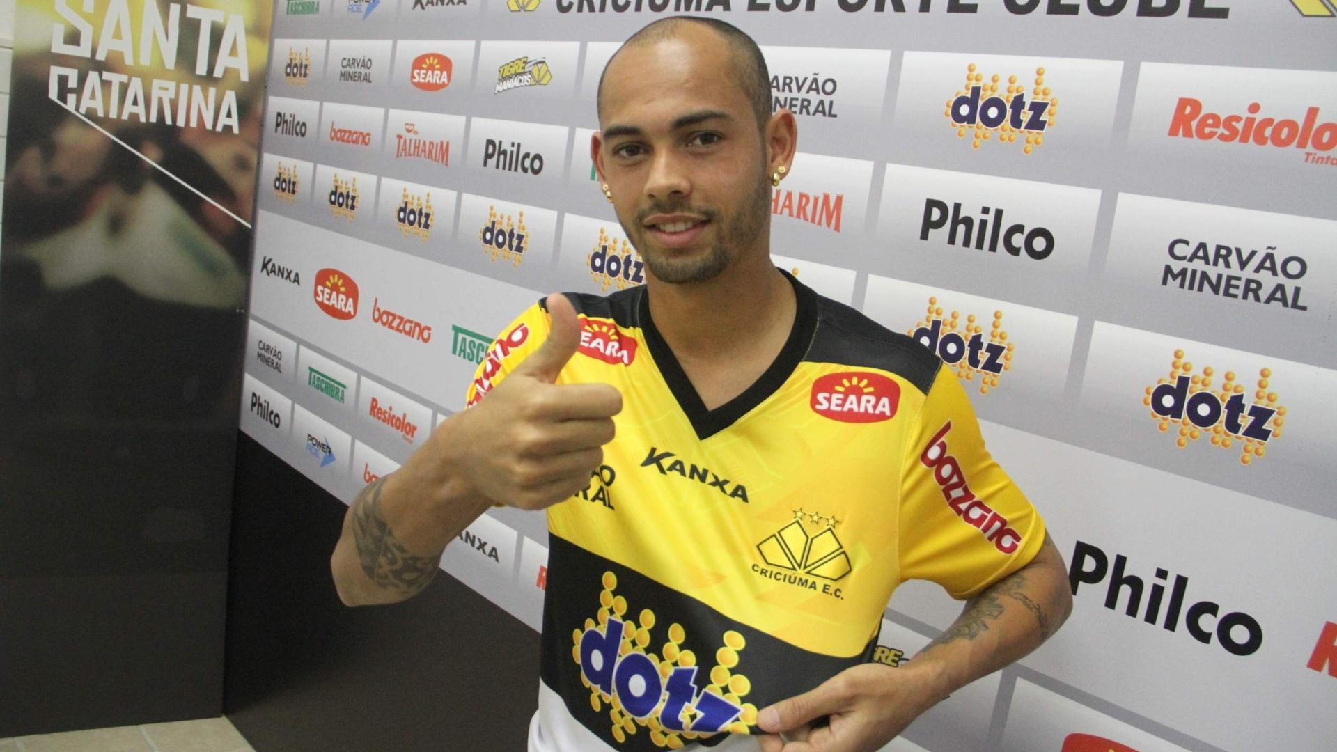 O atacante Danilo Alves faz sinal de positivo ao ser apresentado como jogador do Criciúma