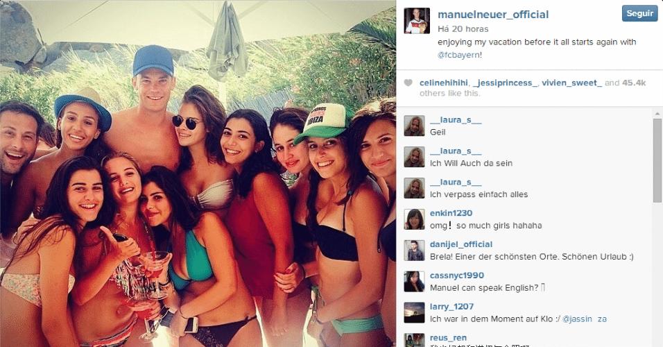 O goleiro Manuel Neuer, campeão do mundo pela Alemanha, ficou rodeado de mulheres durante uma festa