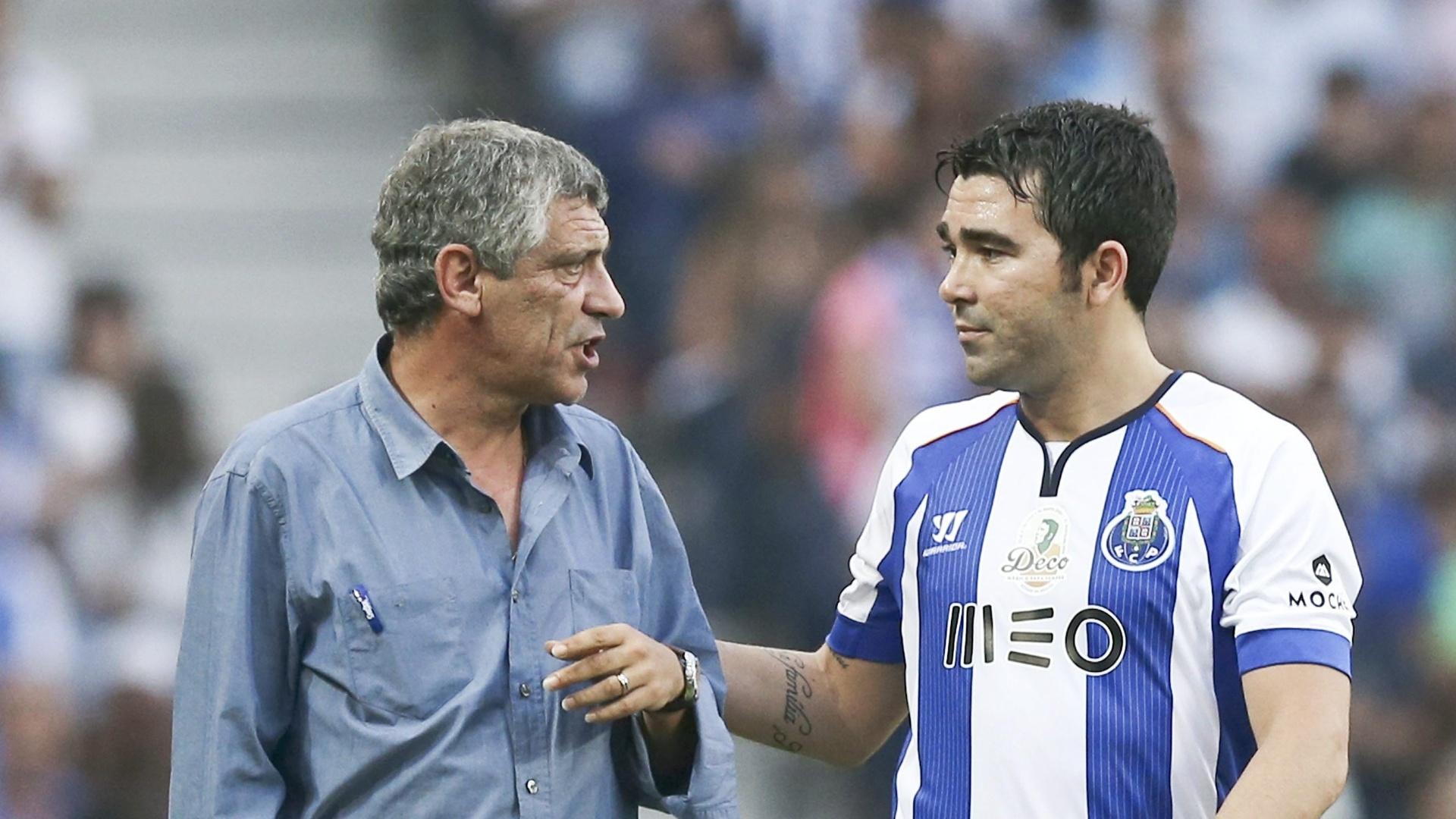 O jogador brasileiro naturalizado português conversa com Fernando Santos, que treinou o Porto e comandou a Grécia na Copa do Mundo no Brasil