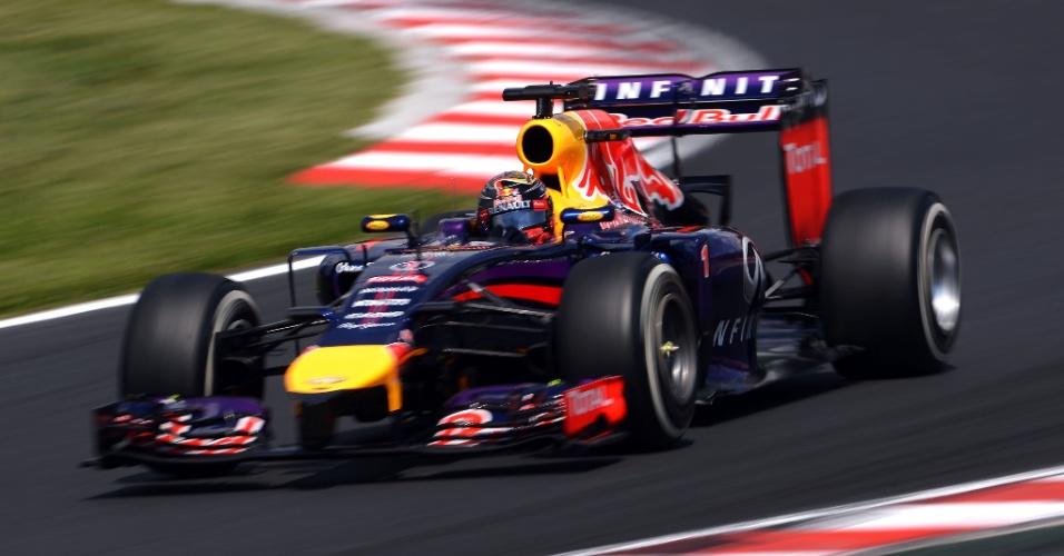26.jul.2014 - Sebastian Vettel contorna uma das curvas do circuito de Hungaroring durante o treino de classificação para o GP da Hungria