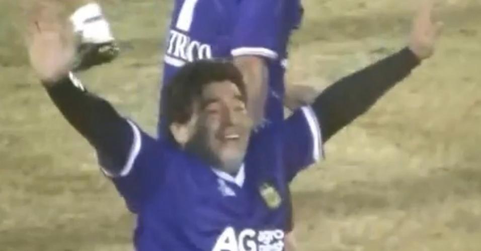 Maradona comemora golaço em partida beneficente