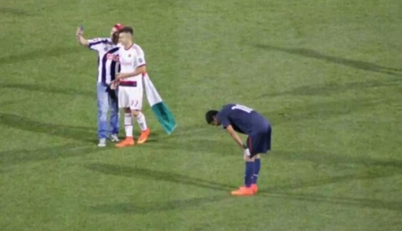 Torcedor invadiu gramado para tirar foto com El Shaarawy em jogo do Milan