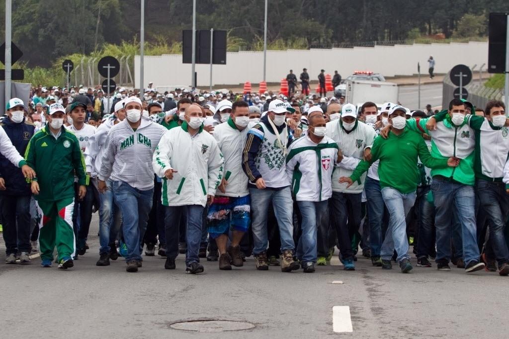 27 julho 2014 - Numa provocação aos corintianos, torcida do Palmeiras usa máscara hospitalares na chegada ao Itaquerão