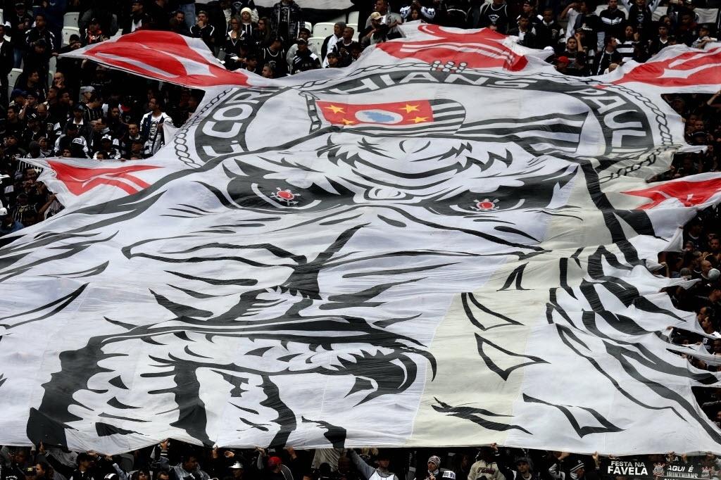 Torcida do Corinthians abre bandeira nas arquibancadas do Itaquerão no primeiro clássico no estádio do time - 27 julho 2014