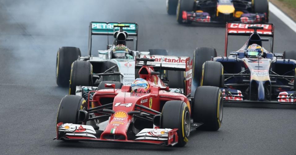 27.jul.2014 - Fernando Alonso se mantém à frente de pelotão durante o GP da Hungria