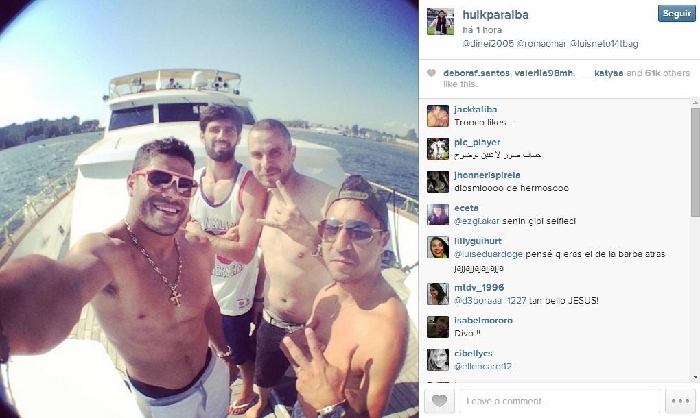 27.jul.2014 - Hulk passeia de lancha com o companheiro de Zenit, Luís Neto, e amigos