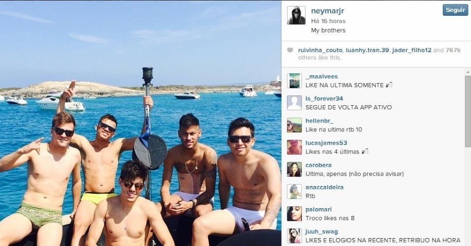 27.jul.2014 - Neymar curte férias com amigos na praia, mas não tira a cinta de proteção nas costas