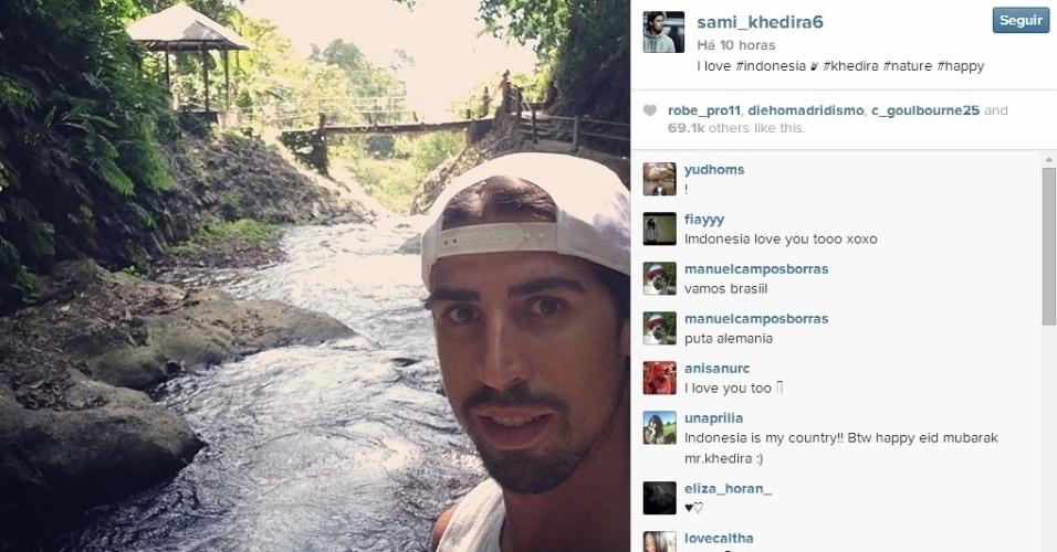 27.jul.2014 - Sami Khedira prefere natureza a praia, e curte férias na Indonésia