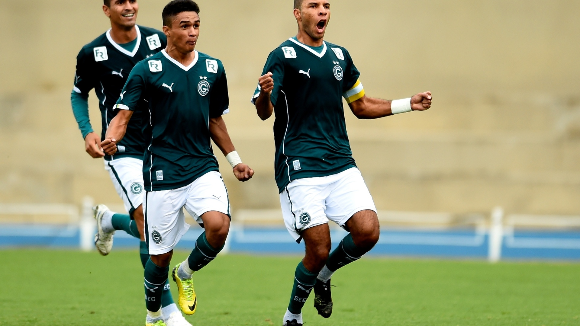 Amaral comemora primeiro gol do Goiás na vitória sobre o São Paulo, neste domingo (27)