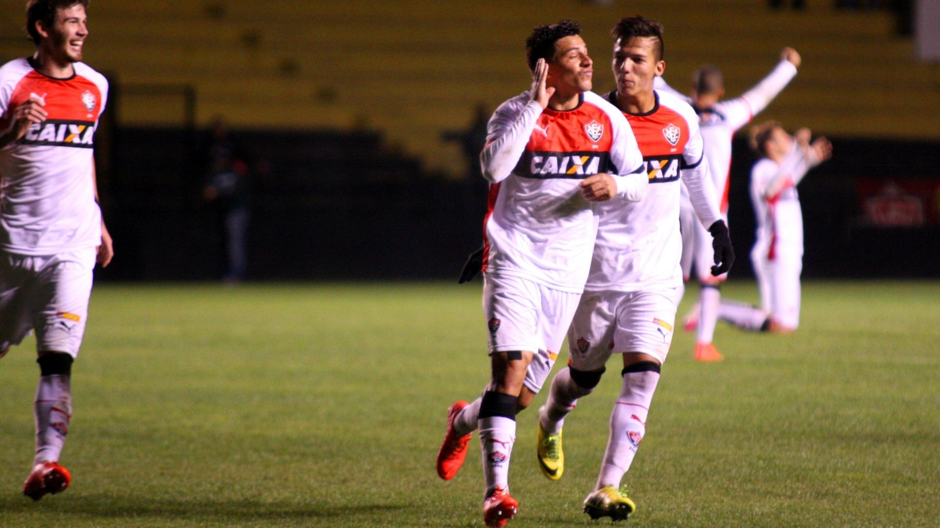 Ayrton comemora o 3° gol do Vitória sobre o Criciúma