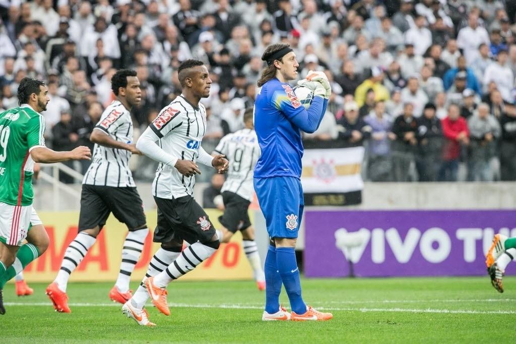 Goleiro Cássio segura a bola e tranquiliza a defesa do Corinthians na partida contra o Palmeiras - 27 julho 2014