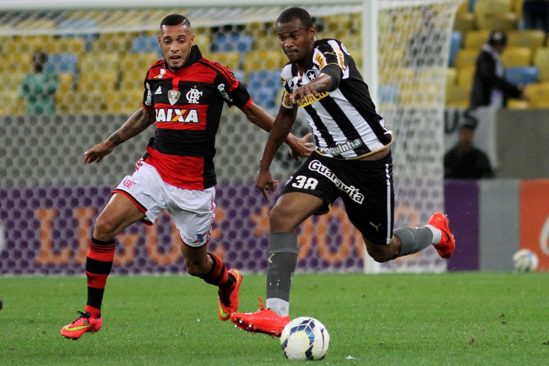 Jogadores de Flamengo e Botafogo disputam lance no clássico carioca - 27 julho 2014