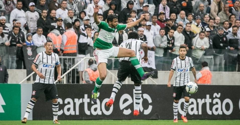 Jogadores de Palmeiras e Corinthians disputam a bola no primeiro clássico da história do Itaquerão - 27 julho 2014