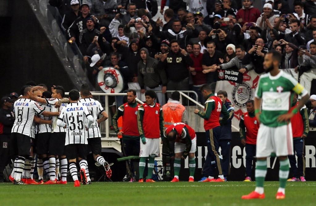 Jogadores do Corinthians celebram gol contra o Palmeiras no clássico deste domingo (27) - 27 julho 2014