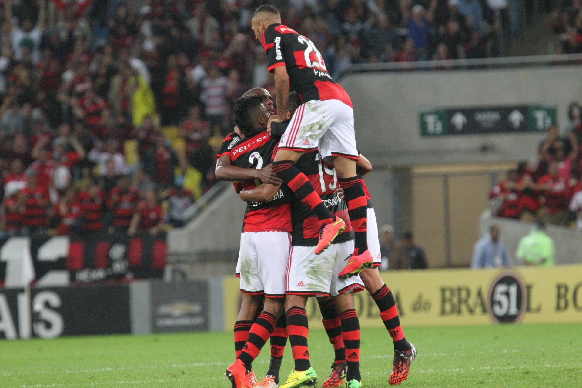 Jogadores do Flamengo se abraçam na comemoração do gol de Alecsandro - 27 julho 2014