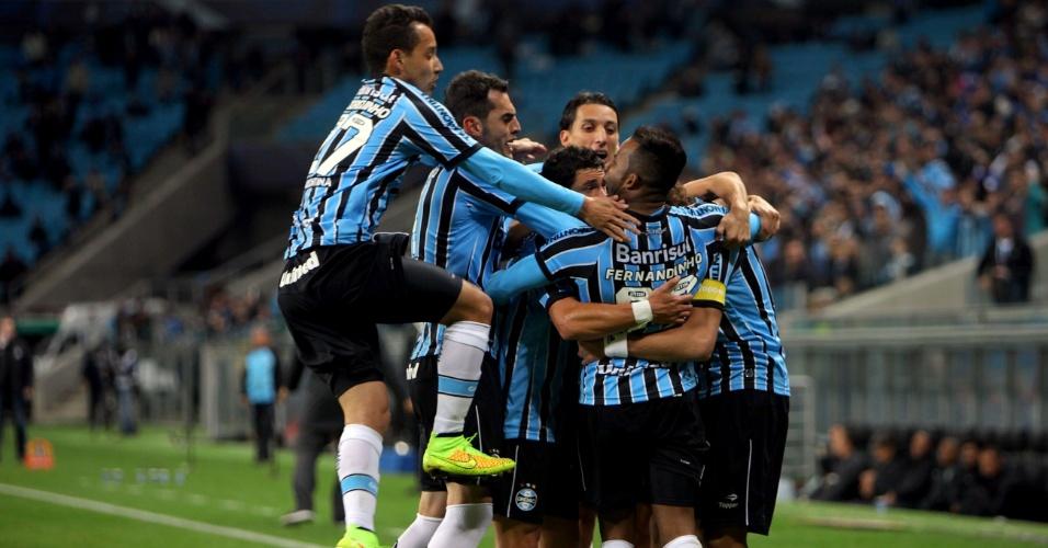 Jogadores do grêmio cercam Barcos depois que o argentino marcou o segundo gol do time - 27 julho 2014