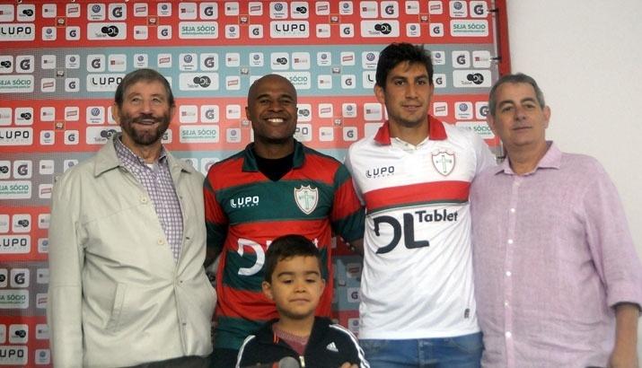 Marcos Assunção e Bruno Piñatares posam para fotos após serem apresentados como atletas da Portuguesa