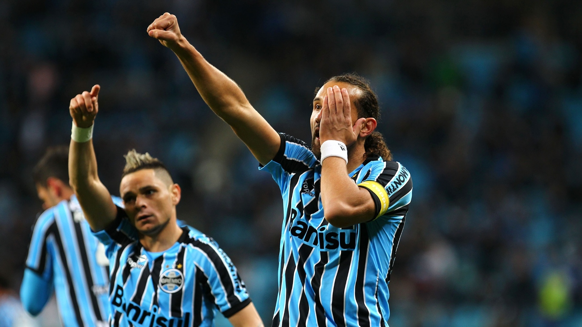 O atacante Barcos faz sua comemoração característica depois de fazer o segundo do Grêmio contra o Coritiba - 27 julho 2014