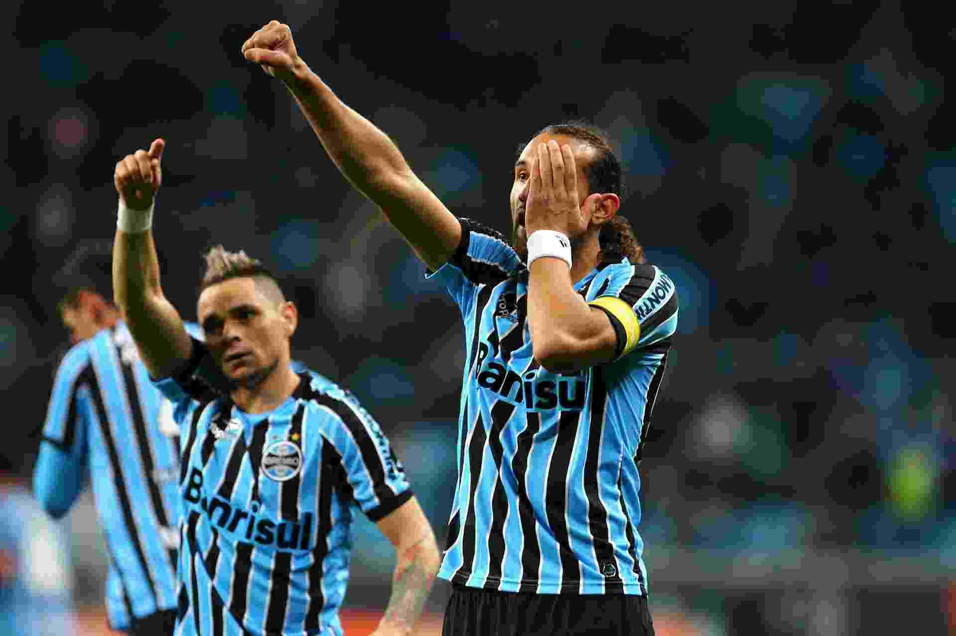 O atacante Barcos faz sua comemoração característica depois de fazer o segundo do Grêmio contra o Coritiba - 27 julho 2014 - Lucas Uebel/Grêmio FBPA