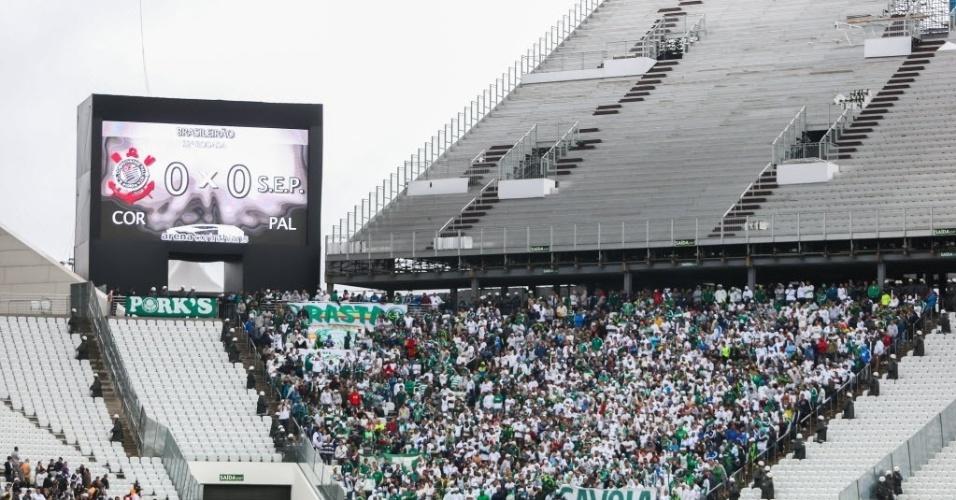 Placar eletrônico do Itaquerão não mostrou o símbolo do Palmeiras no começo do clássico - 27 julho 2014