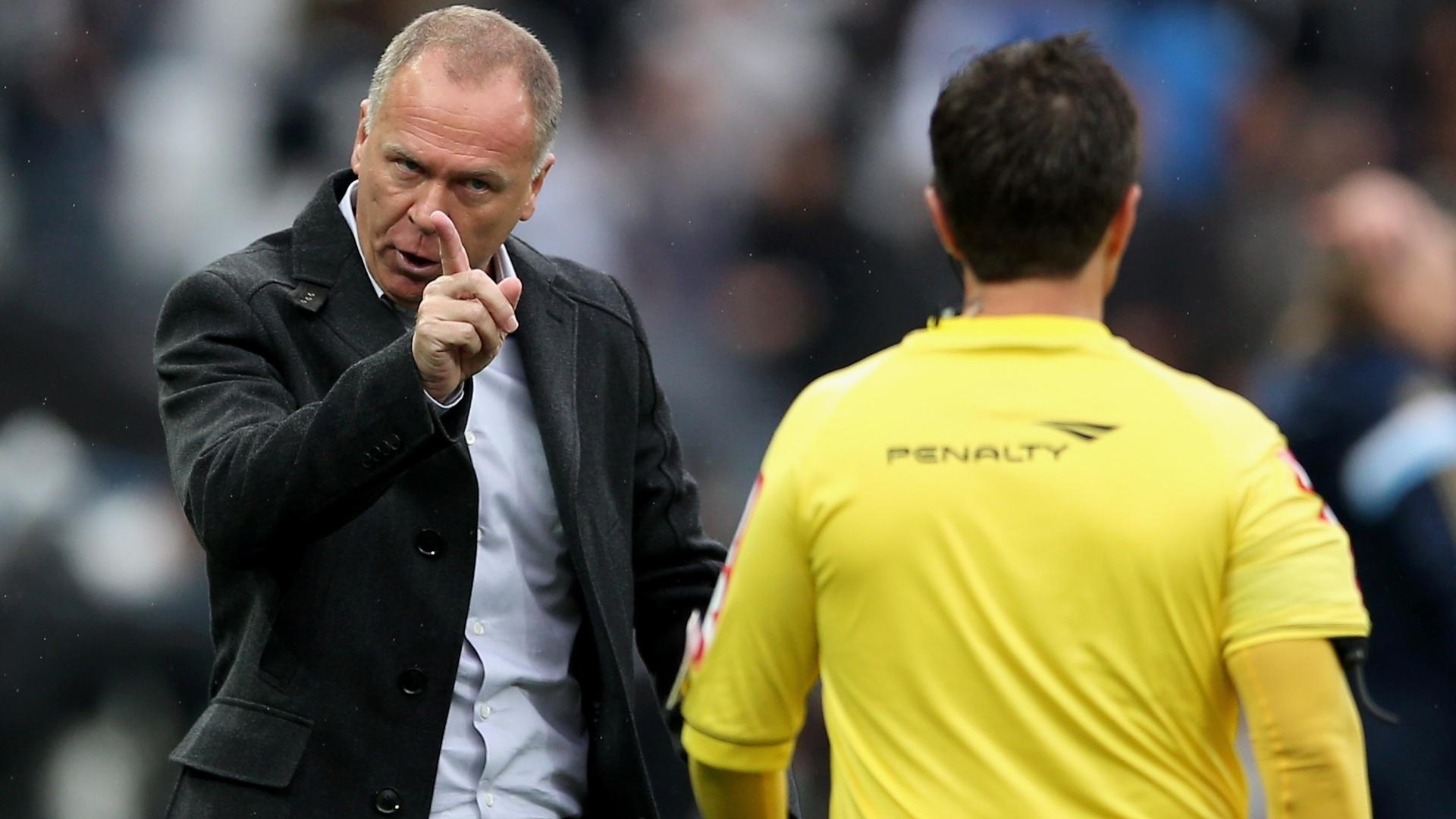 Técnico Mano Menezes reclama com o juiz assistente durante o jogo entre Corinthians e Palmeiras - 27 julho 2014