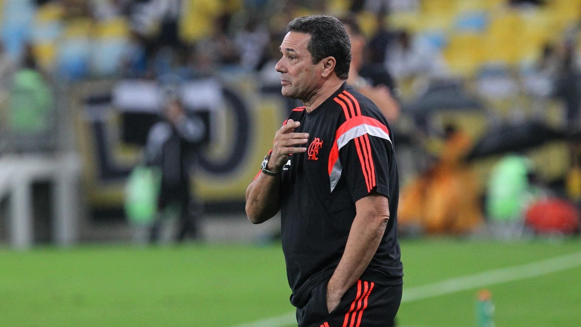 27.jul.2014 - Vanderlei Luxemburgo observa o time do Flamengo durante a vitória por 1 a 0 sobre o Botafogo