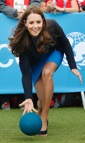 29.jul.2014 - Kate Middleton tenta jogar o