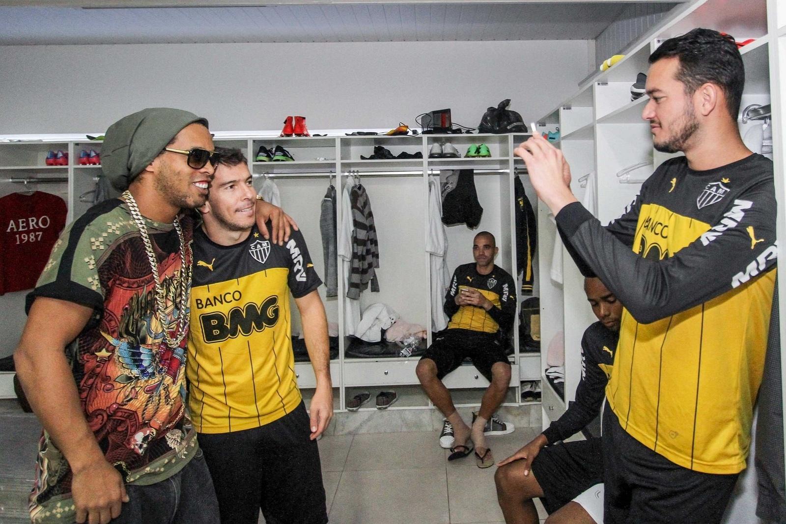 30 jul 2014 - Réver fotografa Ronaldinho Gaúcho abraçado ao volante Leandro Donizete, no vestiário da Cidade do Galo, em Vespasiano