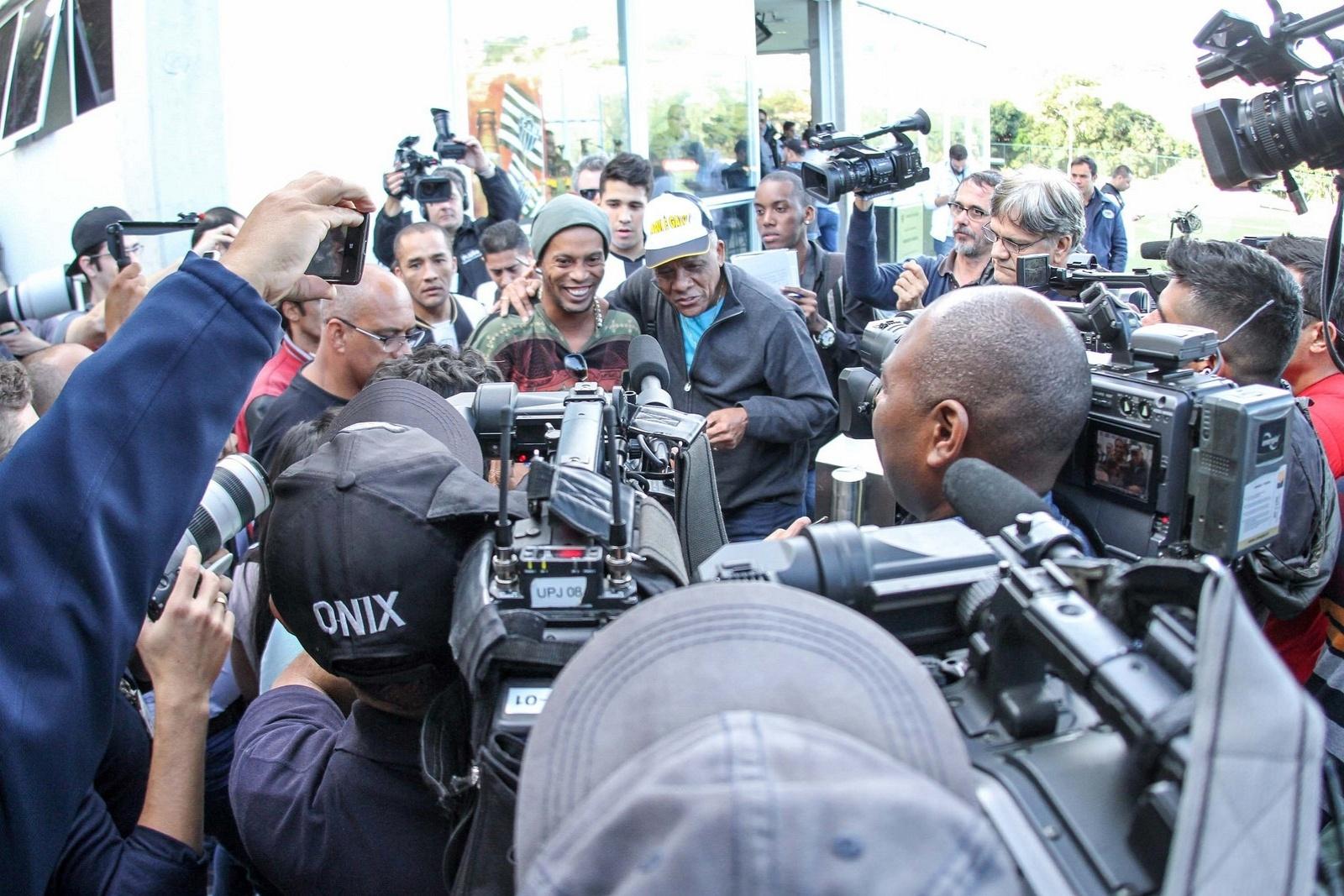 30 jul 2014 - Encontro de Ronaldinho Gaúcho e Dario o Peito de Aço, na Cidade do Galo, é documentado pela imprensa esportiva