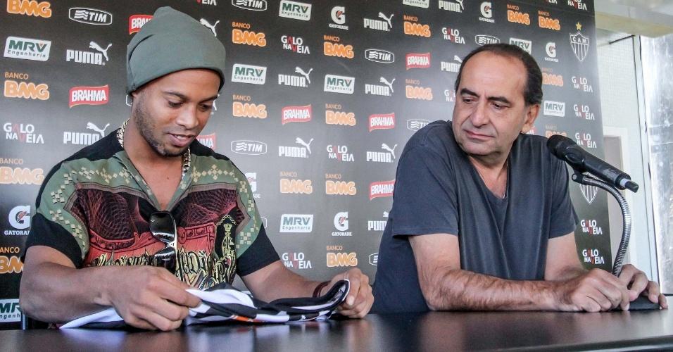 30 jul 2014 - Ronaldinho Gaúcho e Alexandre Kalil durante a entrevista coletiva que marcou a despedida do jogador do Atlético-MG
