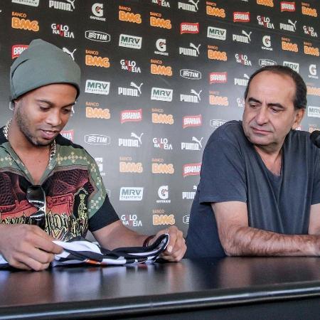 30 jul 2014 - Ronaldinho Gaúcho e Alexandre Kalil durante a entrevista coletiva que marcou a despedida do jogador do Atlético-MG - Bruno Cantini/Site do Atlético-MG