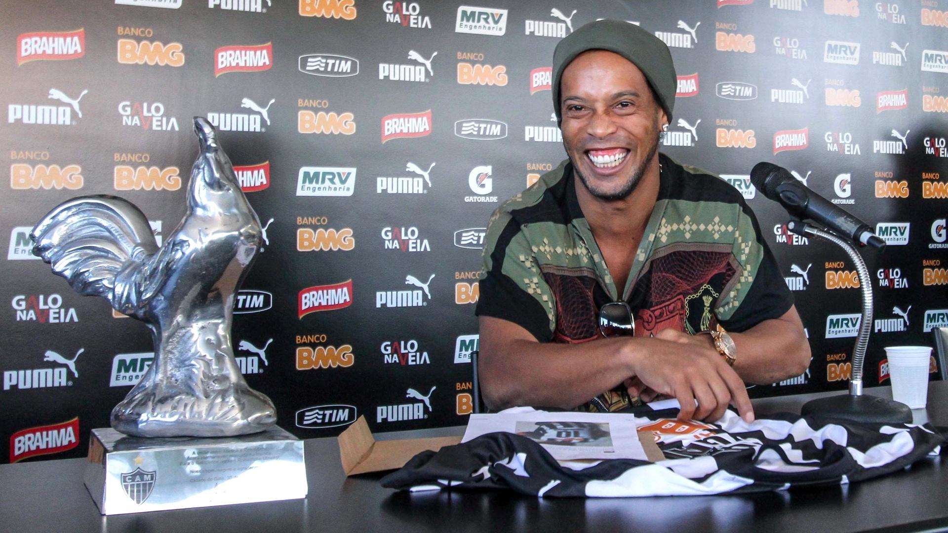 30 Jul. 2014 - Ronaldinho Gaúcho sorri durante entrevista coletiva na despedida do Atlético-MG