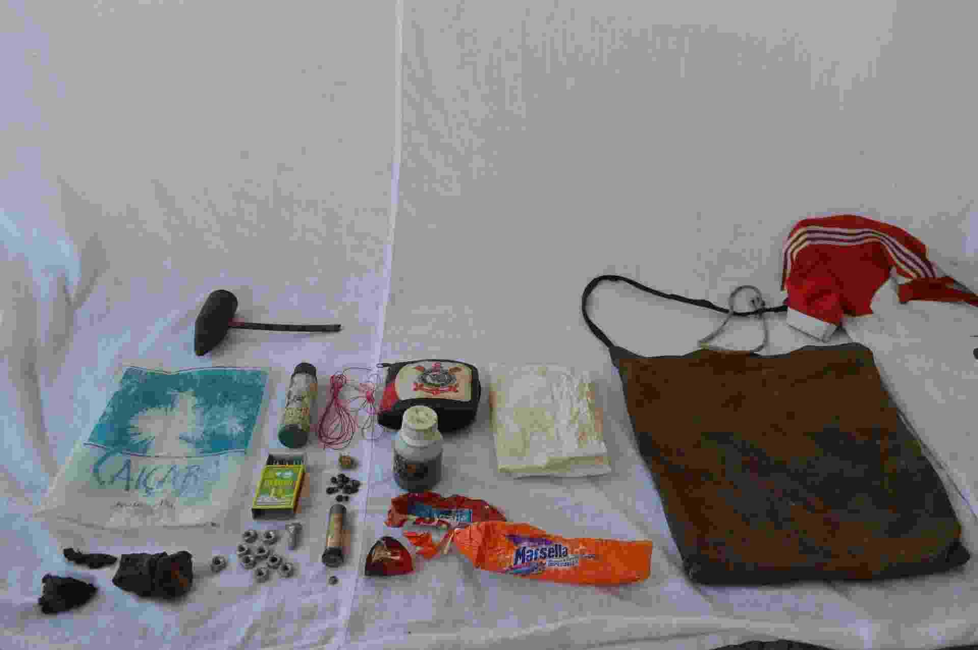 30.07.2014 - Carteira do Corinthians e demais objetos encontrados com índios isolados no interior do Acre - Divulgação / Funai
