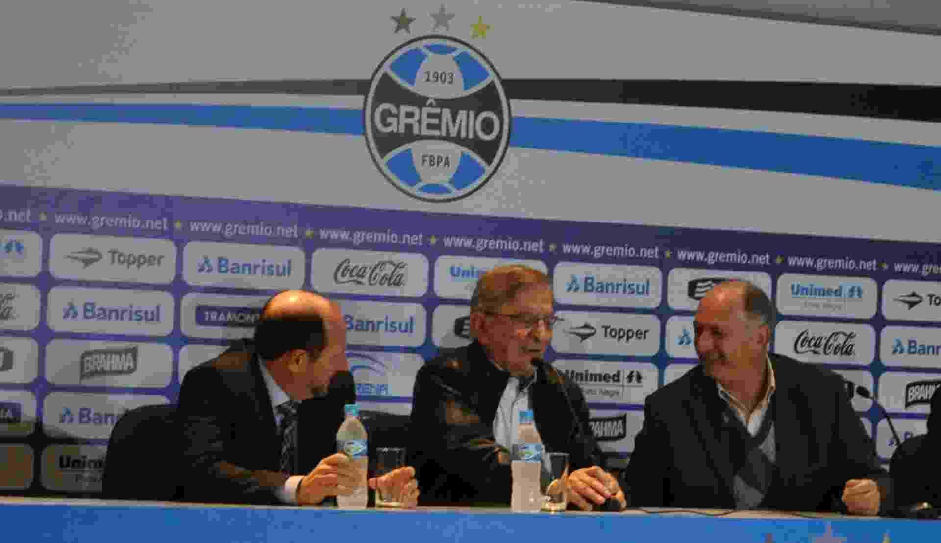 30.07.2014 - Felipão (direita) é apresentado ao Grêmio ao lado de Fábio Koff (centro) - Marinho Saldanha / UOL
