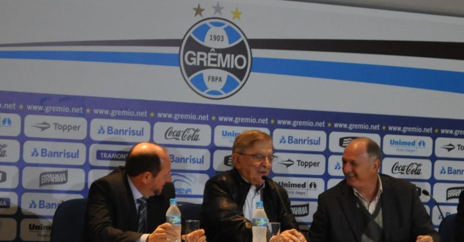30.07.2014 - Felipão (direita) é apresentado ao Grêmio ao lado de Fábio Koff (centro)