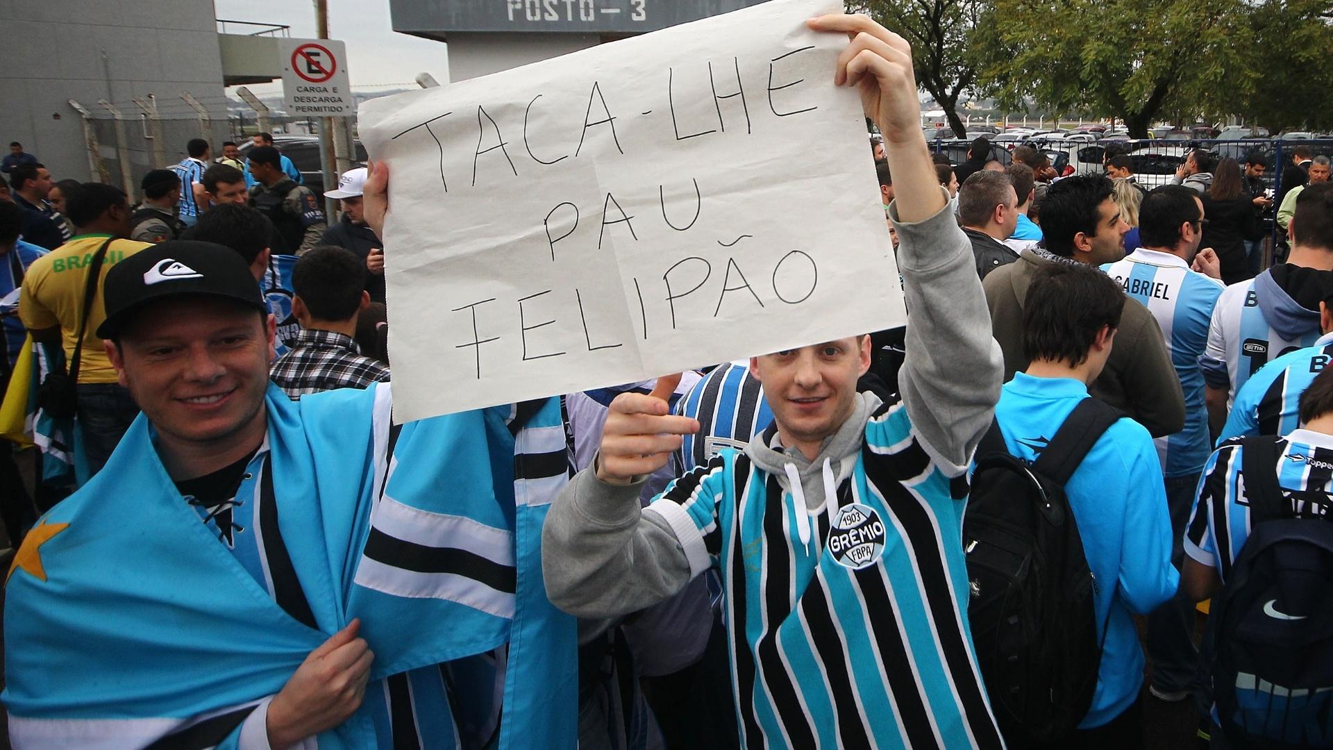 30.07.2014 - Torcedores mandam recado desejando sorte para Felipão, novo técnico do Grêmio