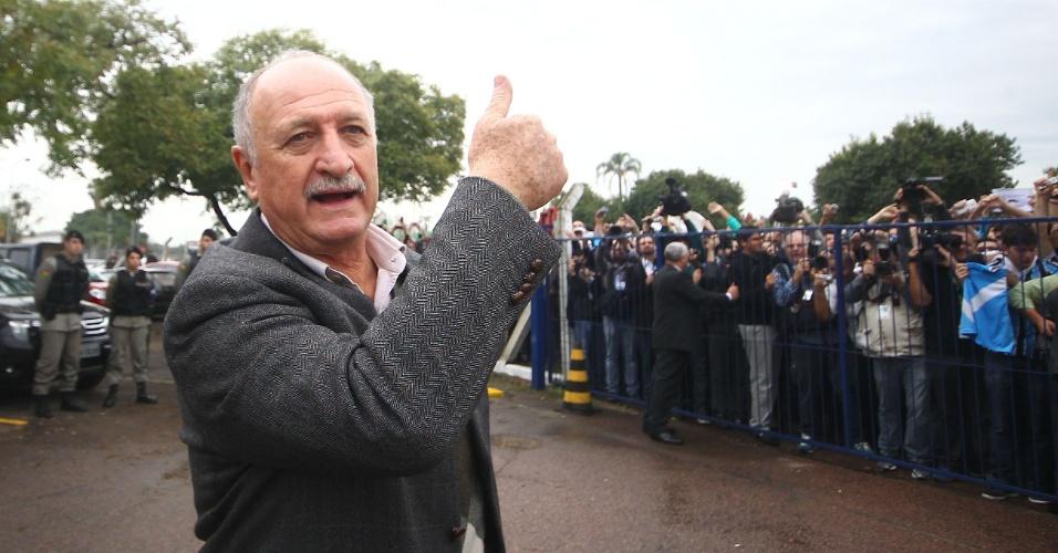 30.07.2014 - Felipão faz sinal de positivo para torcida do Grêmio