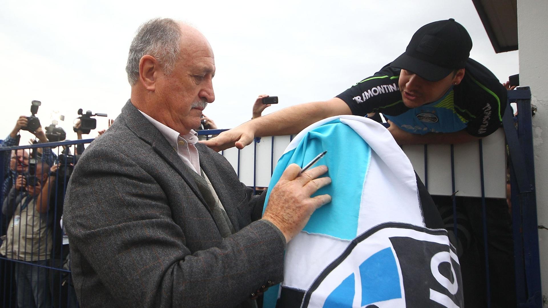 30.07.2014 - Felipão assina bandeira do Grêmio