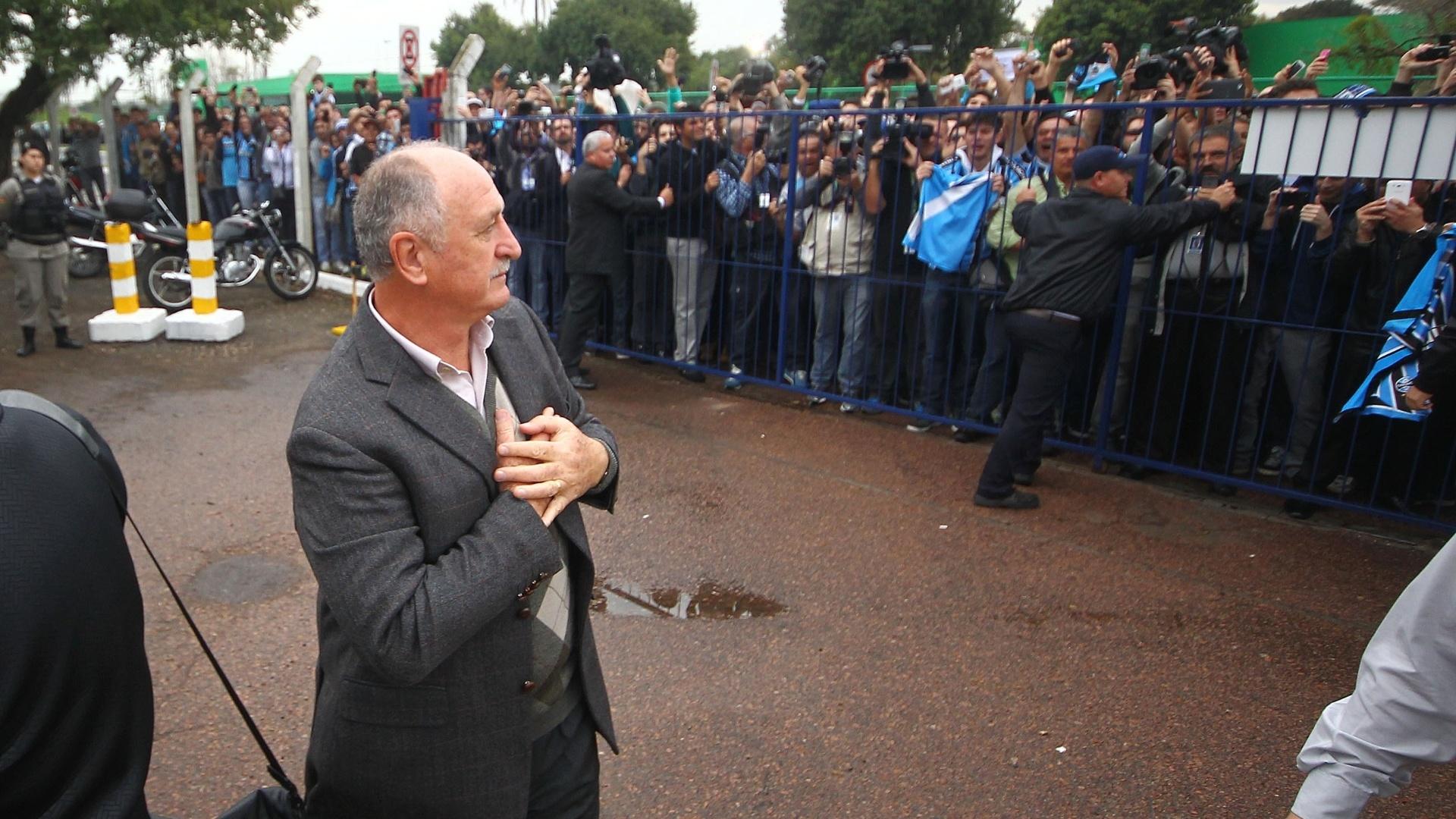 30.07.2014 - Felipão demonstra carinho aos torcedores do Grêmio ao chegar em Porto Alegre