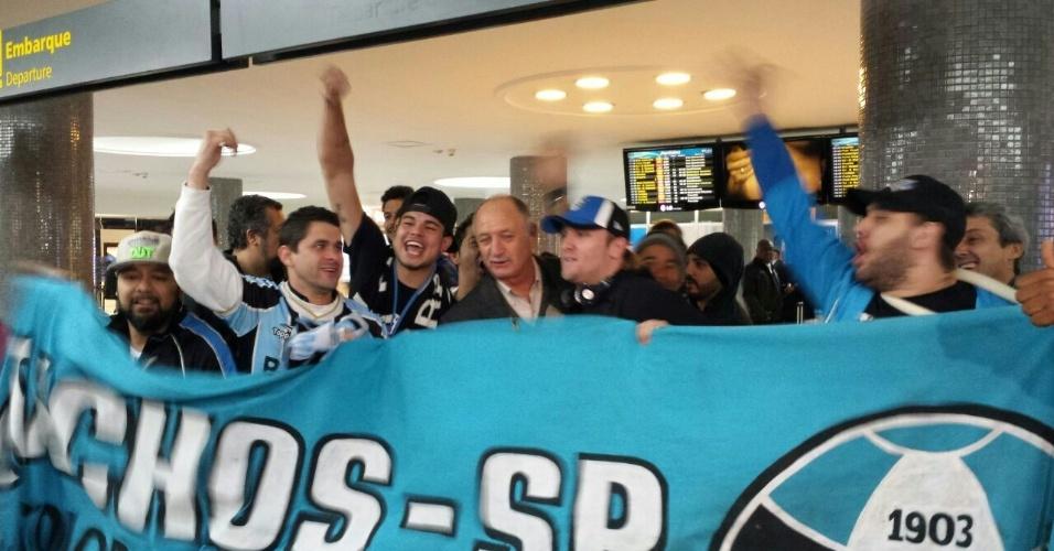 30.jul.2014 - Felipão é recebido por torcedores do Grêmio no aeroporto de Congonhas, em São Paulo, antes de embarcar para o Rio Grande do Sul