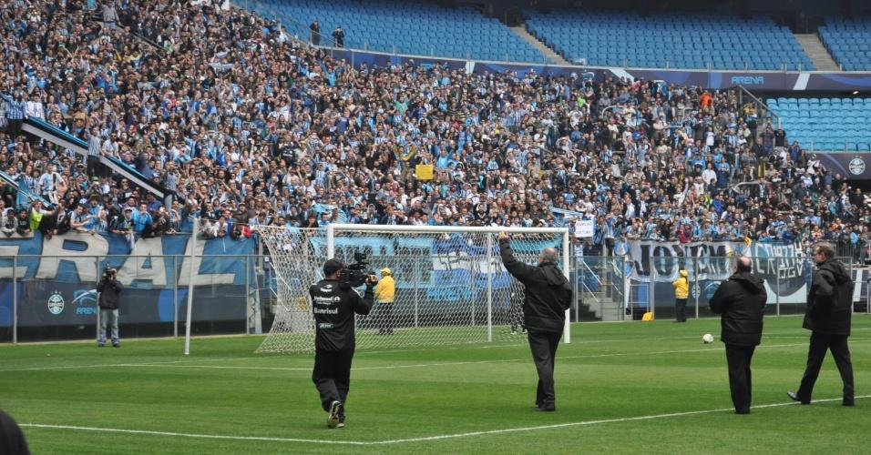 Felipão acena para os 7,5 mil torcedores que foram ver seu primeiro treino no Grêmio