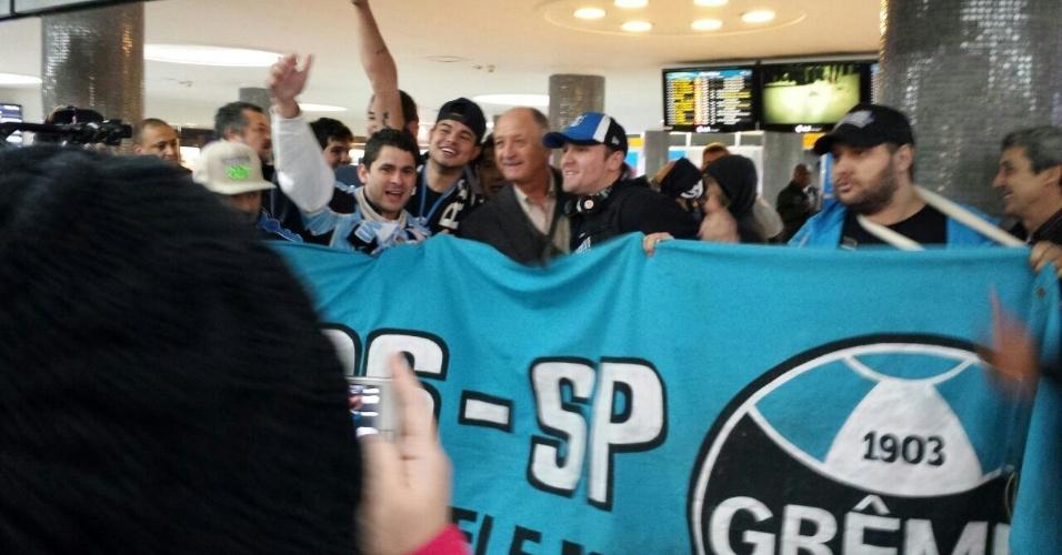 Felipão posa ao lado de torcedores do Grêmio no aeroporto de Congonhas, em São Paulo, antes de embarcar para o Rio Grande do Sul