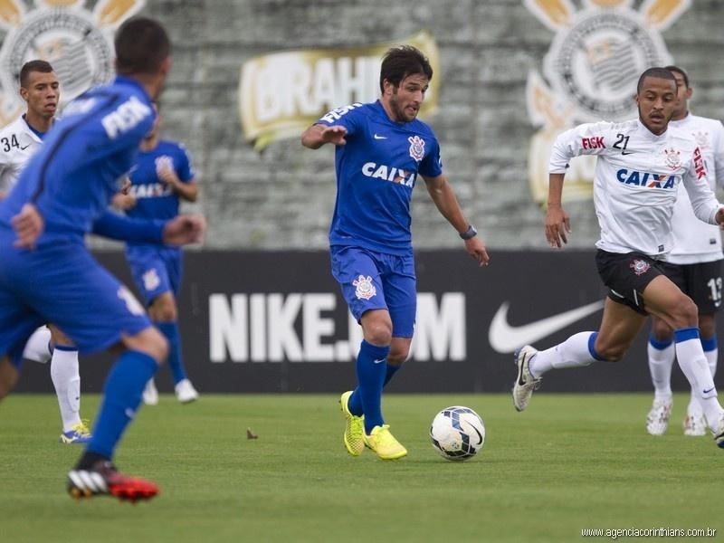 Lodeiro participa de jogo-treino contra time sub-20 do Corinthians no CT Joaquim Grava