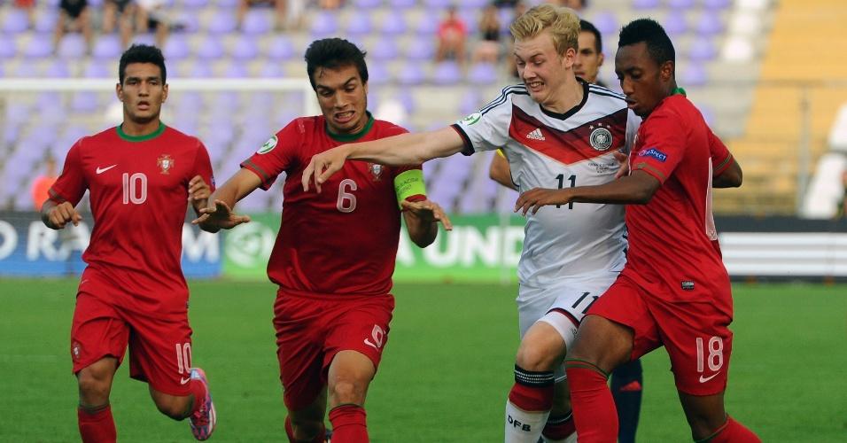 31. jul. 2014 - Alemão Julian Brandt é cercado por três jogadores de Portugal em disputa de bola, na final da Euro sub-19, na Hungria