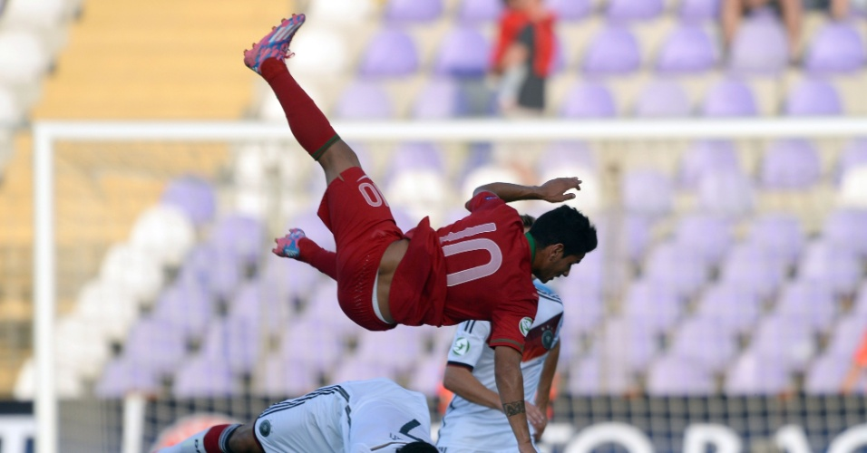 31. jul. 2014 - Português Marcos Lopes voa após disputa de bola com alemão Mukhtar, em partida válida pela final da Euro sub-19
