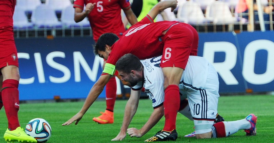 31. jul. 2014 - Português Tomas Podstawski tropeça em Marc Stendera, da Alemanha, durante a final da Euro sub-19, na Hungria