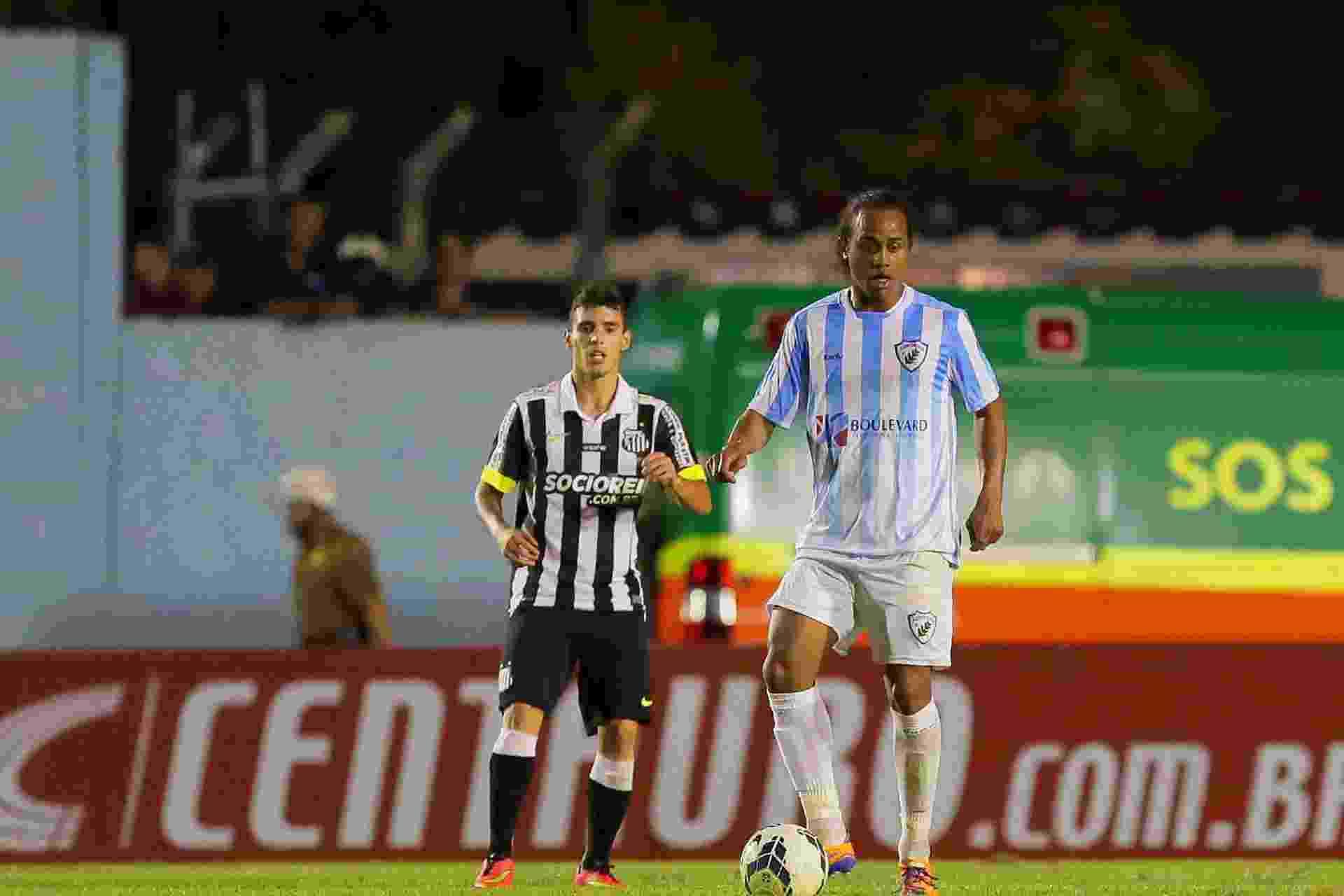Celsinho faz jogada pelo Londrina contra o Santos pela Copa do Brasil - Celio Messias/VIPCOMM
