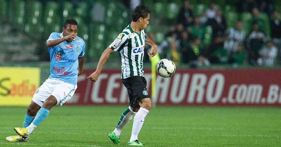 Keirrison, do Coritiba, domina a bola à frente de Augusto Recife, do Paysandu, pela Copa do Brasil