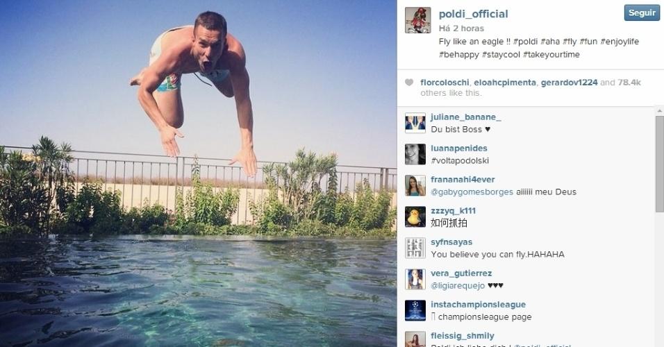Lukas Podolski curte suas férias na piscina