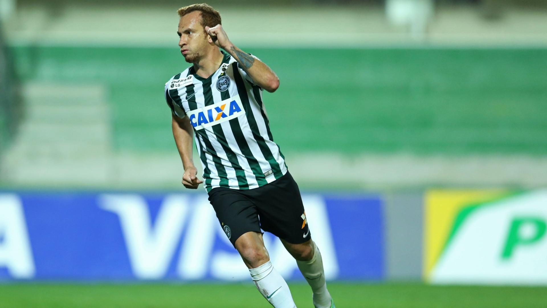 Zé Eduardo comemora após marcar o primeiro gol do Coritiba contra o Paysandu pela Copa do Brasil